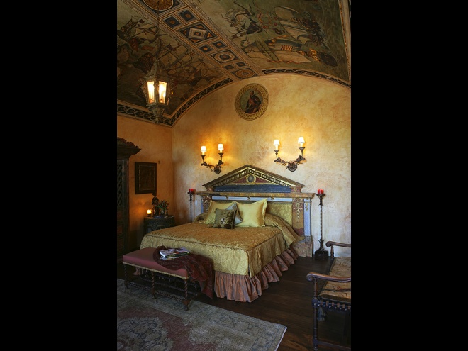 Villa Speranza - design of ceiling with a 17th century scene and antic headboard